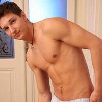 jeune homme musclé et gay