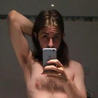 gay cheveux longs un peu poilu rock