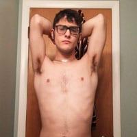 beau gosse imberbe lunettes gay